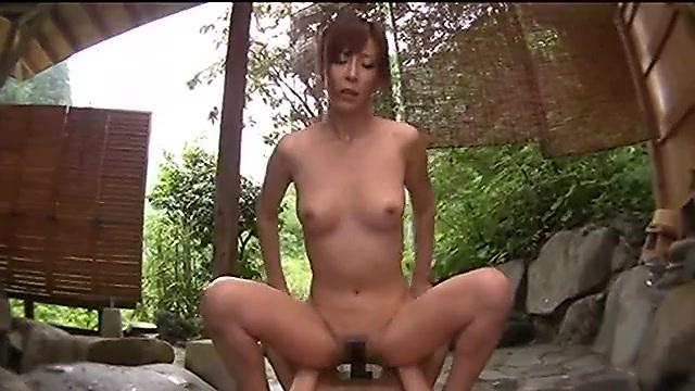 高坂保奈美 温泉旅館の貸し切り露天風呂で人妻と大胆セックス
