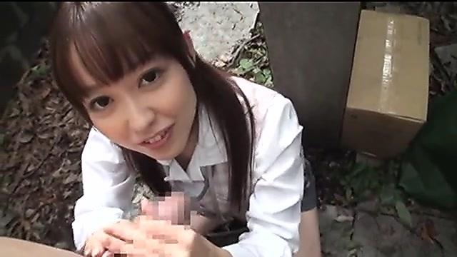 篠田ゆう 地方で事務員をしているエロカワ女子が屋外で手コキ