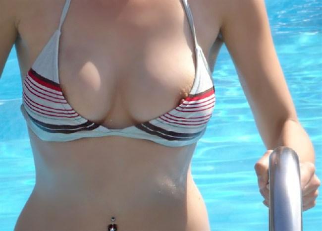 大胆に片乳がこんにちはwwwしてる水着お姉さんがシュールwwww0010shikogin