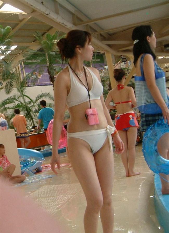 水着が極小過ぎてヘアがハミ出てしまってるのが本人気付いてないハプニング画像まとめ0001shikogin