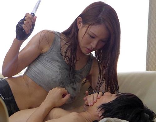 女脱獄犯が汗だく性欲まみれで男を犯し足コキや強制中出しSEXの脚フェチDVD画像1