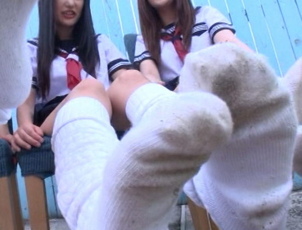 ルーズソックス女子校生が蒸れた足裏の足臭を嗅がせながら足コキの脚フェチDVD画像2