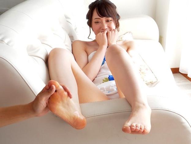 可愛い女の子のプニプニ足裏にローションを塗ってくすぐりプレイの脚フェチDVD画像4