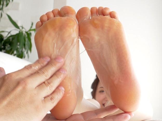 可愛い女の子のプニプニ足裏にローションを塗ってくすぐりプレイの脚フェチDVD画像3