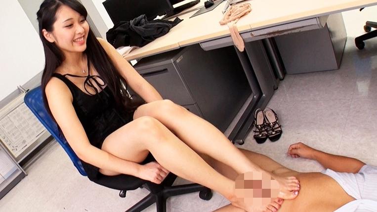 職場で足フェチがバレてしまい女性部下の脚奴●として何度も射精させられるの脚フェチDVD画像5