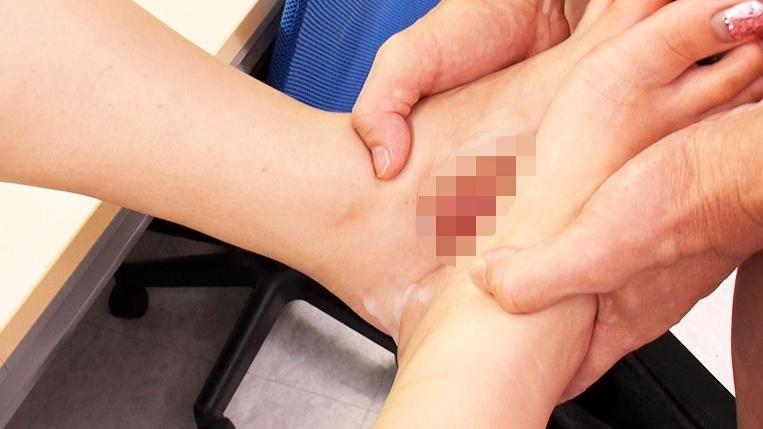 職場で足フェチがバレてしまい女性部下の脚奴●として何度も射精させられるの脚フェチDVD画像4