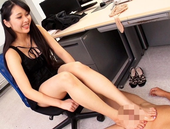 身近な女性に足フェチがバレてしまい蔑まれながら足コキされ足射の脚フェチDVD画像5