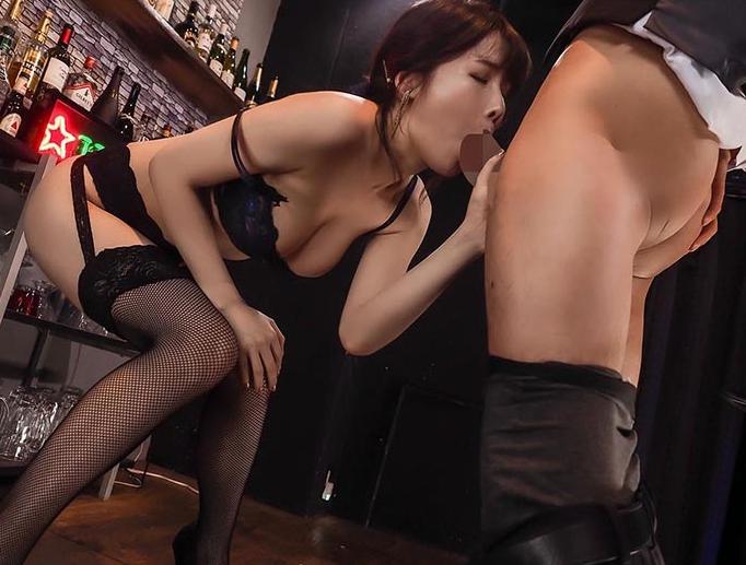 ランジェリー美女の網タイツ美脚で足コキされ高速手コキで男潮の脚フェチDVD画像4