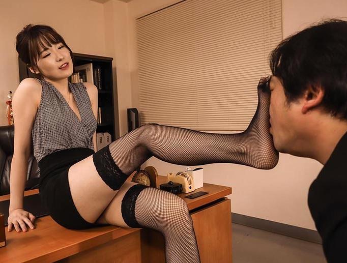 ランジェリー美女の網タイツ美脚で足コキされ高速手コキで男潮の脚フェチDVD画像1