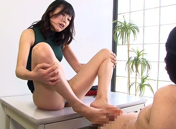 パンストで蒸れた素足の足裏を嗅がされ舐めさせられ足コキでイクの脚フェチDVD画像5