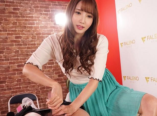 人気AV女優がインタビュー中に美しい生足で足コキ責めを披露の脚フェチDVD画像3