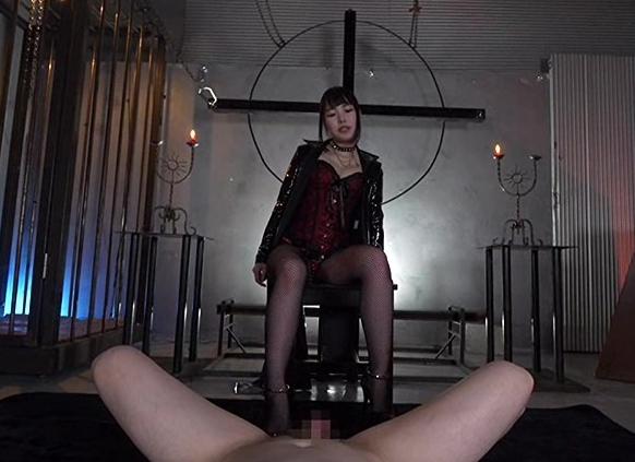 女王様のロングブーツコキで扱かれペニバンで犯されるSMプレイの脚フェチDVD画像5
