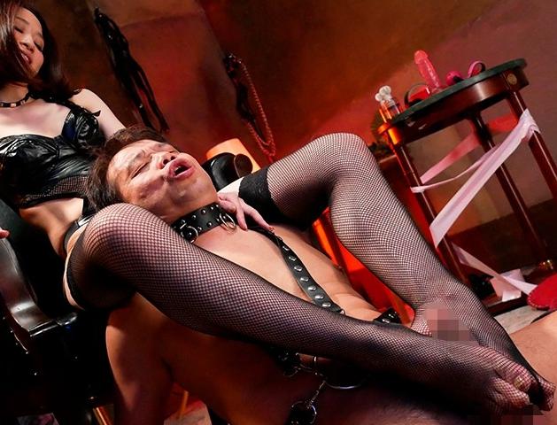 ドエスな痴女奥様がM男に網タイツ足コキや罵倒手コキで強制射精の脚フェチDVD画像2