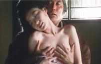 おろくの乳房を揉む