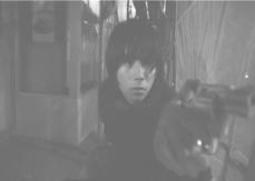銃を向けている西川