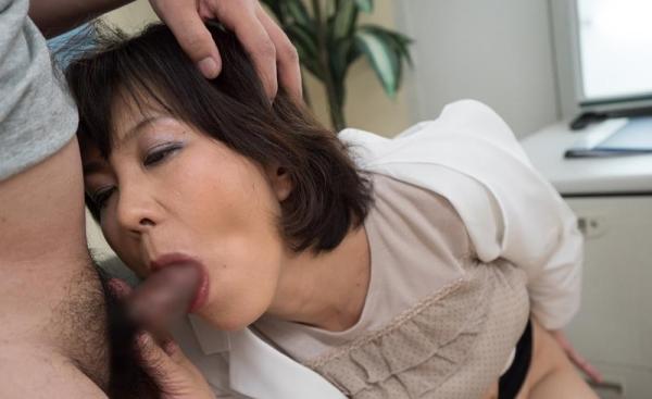 40代熟女のフェラチオ画像 スケベな奥さんの卑猥な舌使い50枚の35枚目