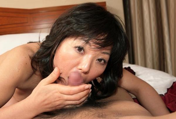 40代熟女のフェラチオ画像 スケベな奥さんの卑猥な舌使い50枚の41枚目