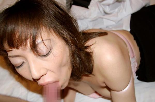 40代熟女のフェラチオ画像 スケベな奥さんの卑猥な舌使い50枚の47枚目