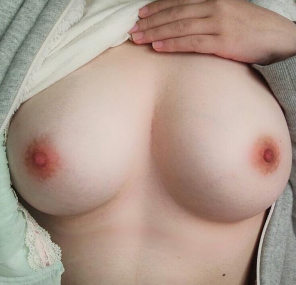 ピンク乳首のエロ画像 綺麗な色をした乳頭40枚の25枚目