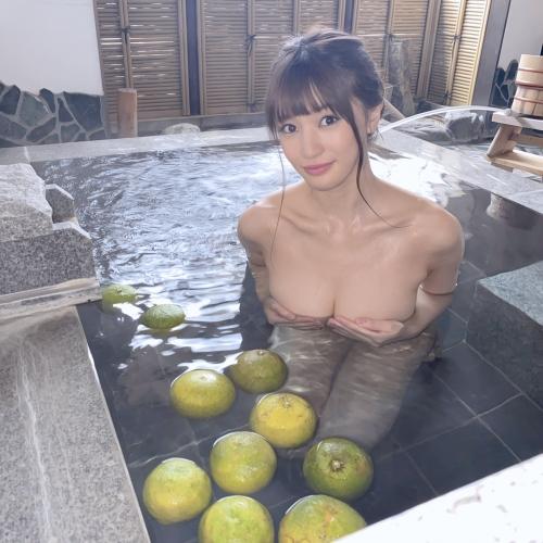温泉に浮かぶおっぱい 08