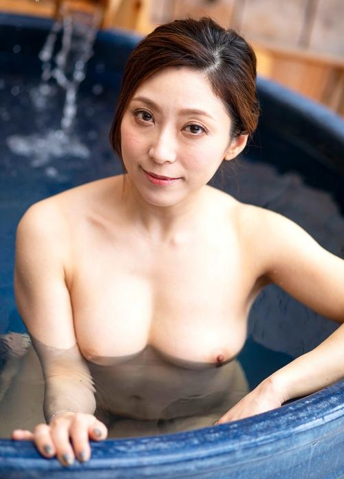 温泉に浮かぶおっぱい 21