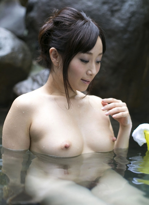 温泉に浮かぶおっぱい 48
