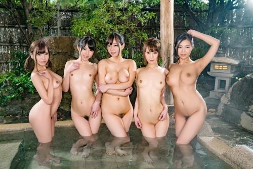 温泉に浮かぶおっぱい 54