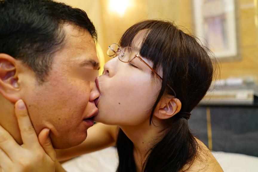 おじさんの舌をフェラチオのように吸い…心からおじさんといちゃいちゃしてくれる。おじさんのことが好きすぎる天使のような美少女ひよこ女子といちゃいちゃSEX-PIYO-057-0018.jpg