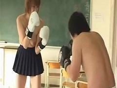 教室でヤンキーJKのスパーリング相手をさせられる男