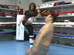 M男の顔面に蹴りを叩き込み続ける女王様