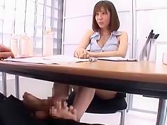 テーブルの下で足コキしながら営業するセールスレディ