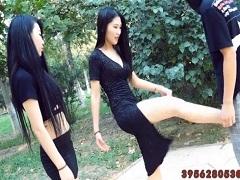 友達に金蹴りを伝授する中国美女