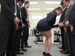 男性社員達をやる気にさせる理想的な朝礼をする女上司