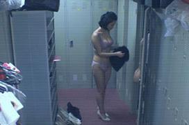 【衝撃】出口亜梨沙アナ、更衣室着替えで豊満おっぱいを晒してしまう…もう女子アナじゃないだろ、これ…