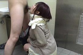 公衆○所でフェラさせられてる女性たちをご覧ください・・・コレが本当の肉便器・・・