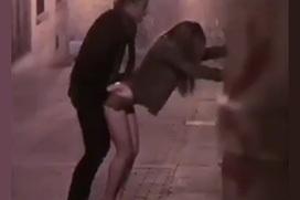 海外では美人売春婦が立ちバックで路上セックス!凄い光景だなぁ・・・