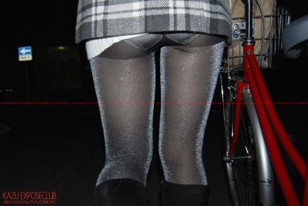 自転車に乗ったらスカートズレ上がりパンティ丸見えになっちゃう娘さん♪