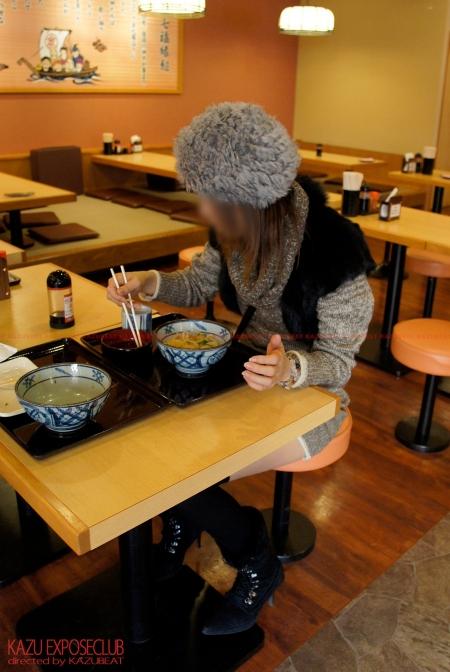 食事中テーブルの下の無防備な大胆パンチラが色っぽ過ぎる他人妻!!