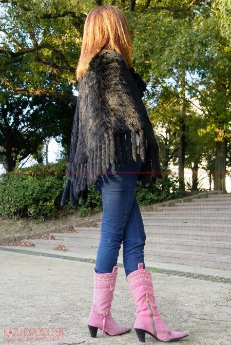 ストレッチデニムが豊満熟尻に張り付き色っぽい尻肉ラインを魅せつけるオシャレ他人妻!!