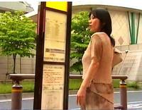 動画ナビあんてな:【北原夏美】なかなか来ない田舎のバス停!ボイン奥さまが旦那の弟に会って不倫してしまう。