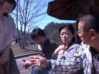 エロ動画アンテナ:【熟女ナンパ】観光地で別々に声をかけた50代・60代夫婦が初対面でスワッピング体験!