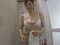 熟女ストレート : 木内友美 入浴している五十路母のボインに興奮を隠せない息子