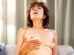 ダイスキ!人妻熟女動画 : 媚薬を盛られ敏感になった五十路熟女をハメ潮セックス! 真梨邑ケイ