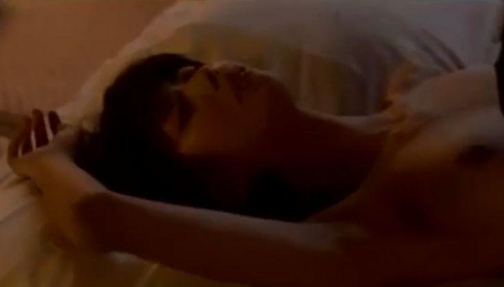 【宮地真緒】男にまたがる姿を披露した濡れ場