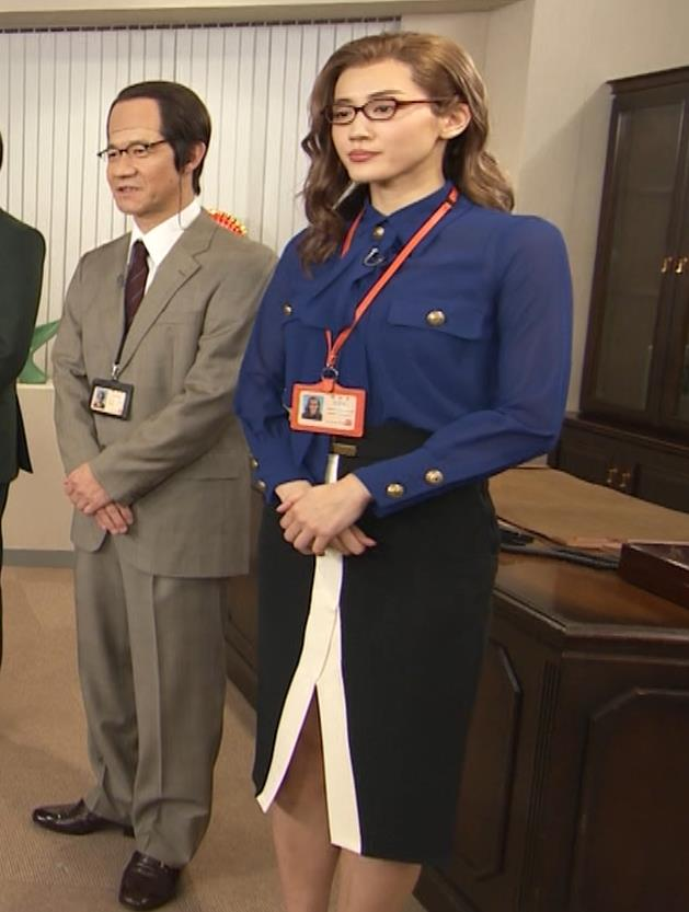 綾瀬はるか エロいタイトスカートキャプ・エロ画像2