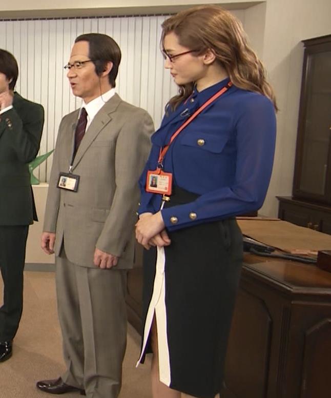綾瀬はるか エロいタイトスカートキャプ・エロ画像3