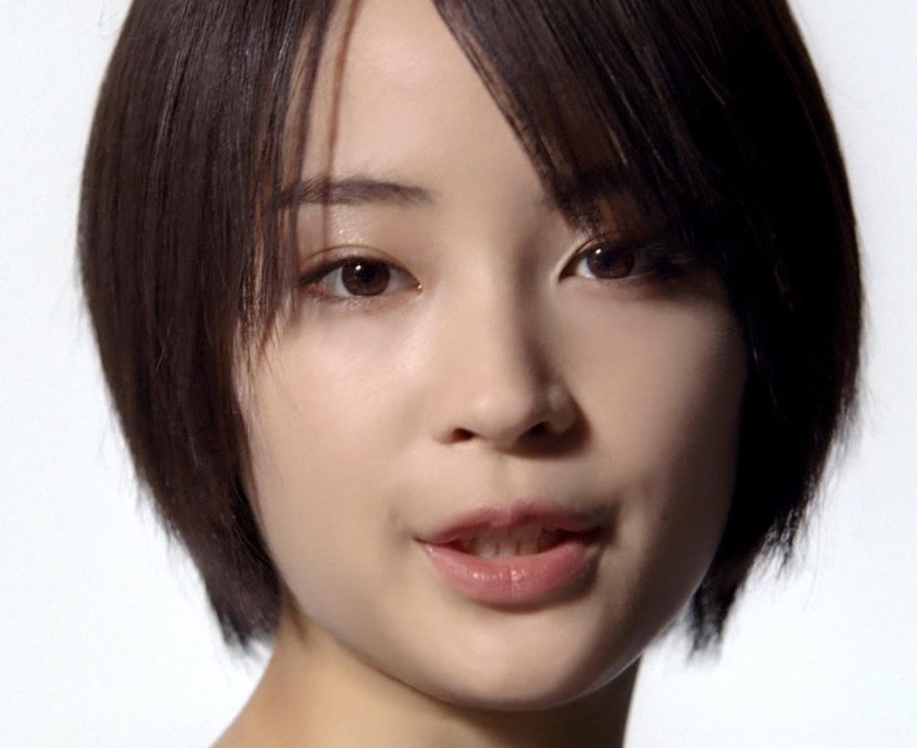広瀬すず ミニスカ太もも&ニーハイソックスキャプ・エロ画像2
