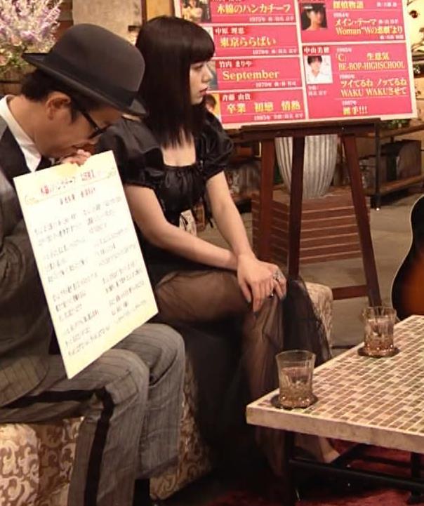 池田エライザ 短すぎるミニスカートで脚エロキャプ・エロ画像2