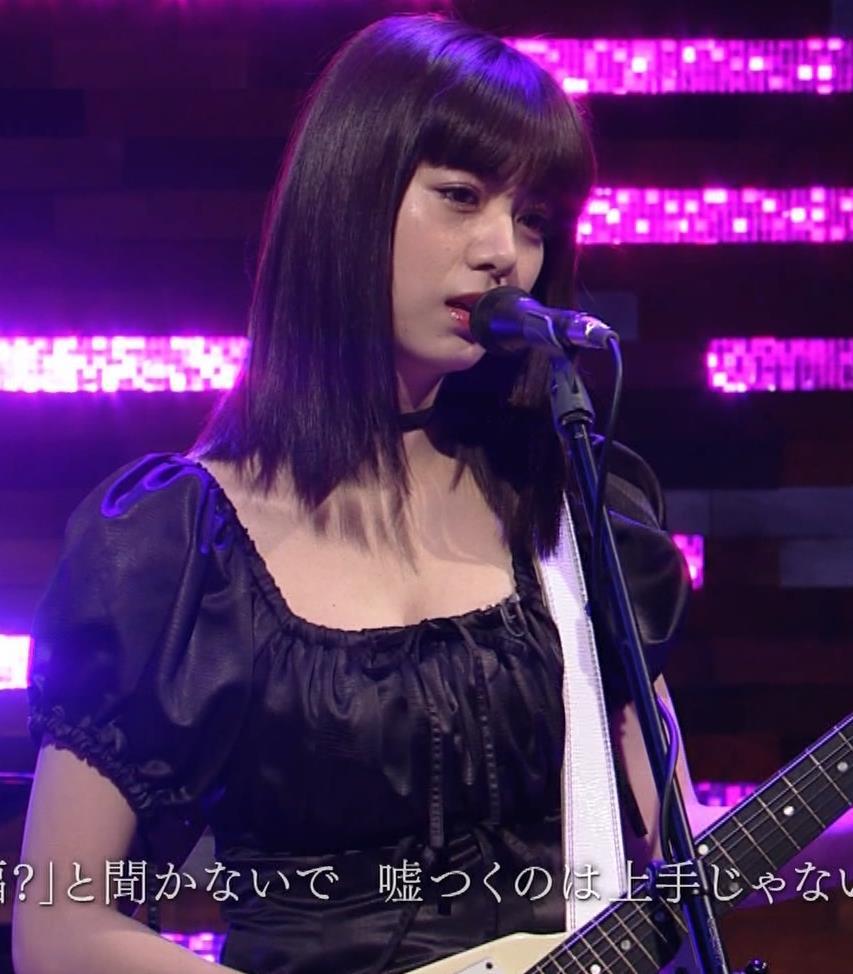 池田エライザ 短すぎるミニスカートで脚エロキャプ・エロ画像15