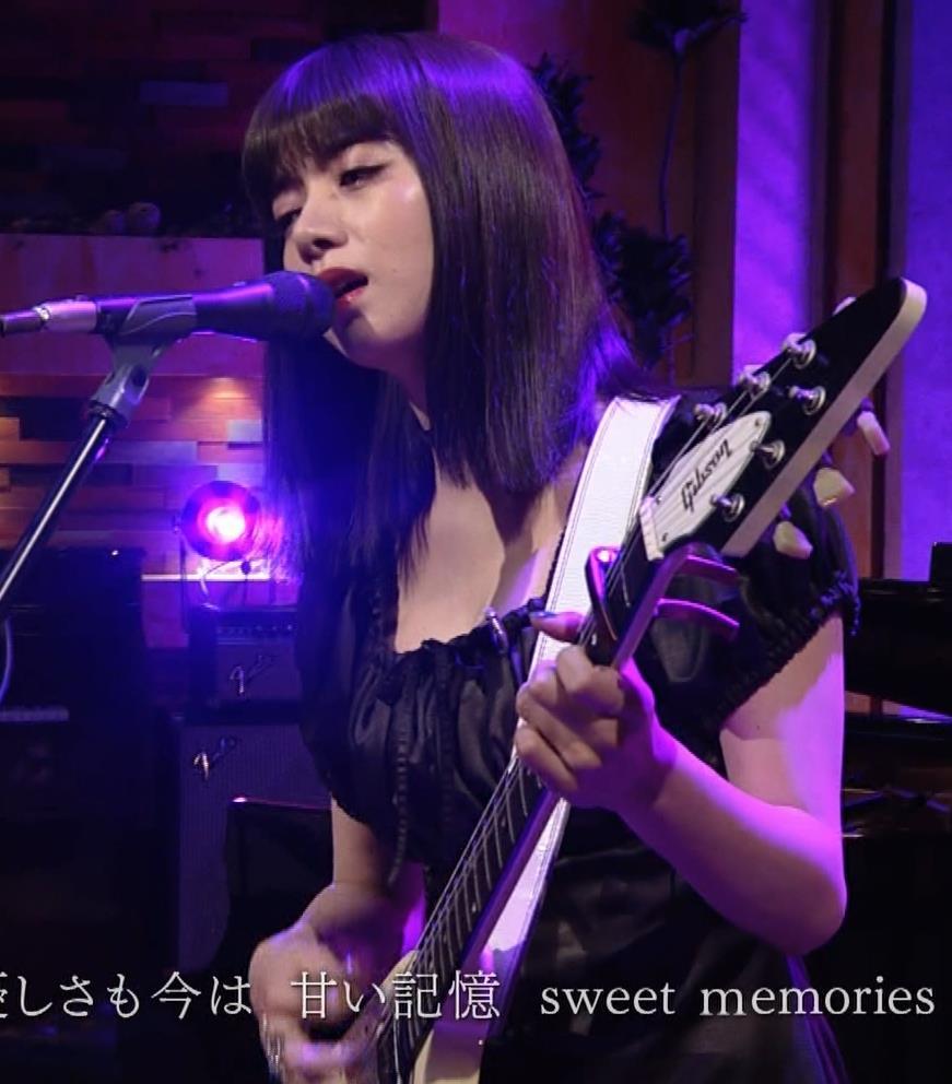 池田エライザ 短すぎるミニスカートで脚エロキャプ・エロ画像16